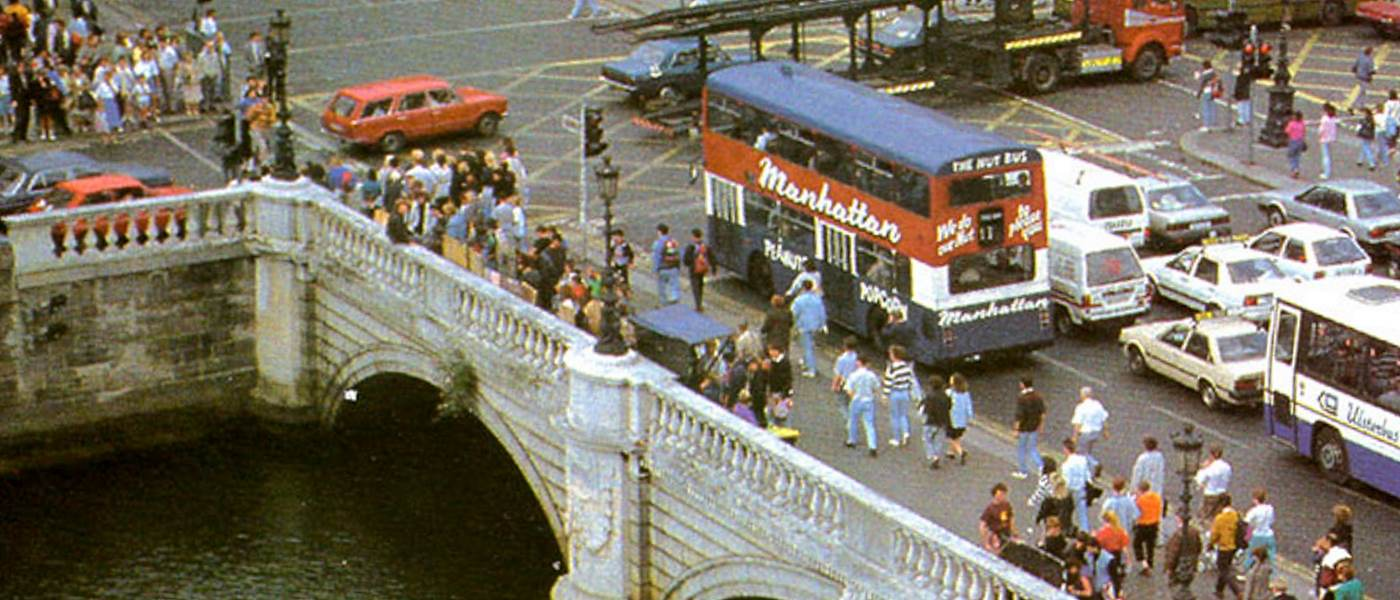 O'Connell Bridge 1991, a spotter sits on the northside balustrade